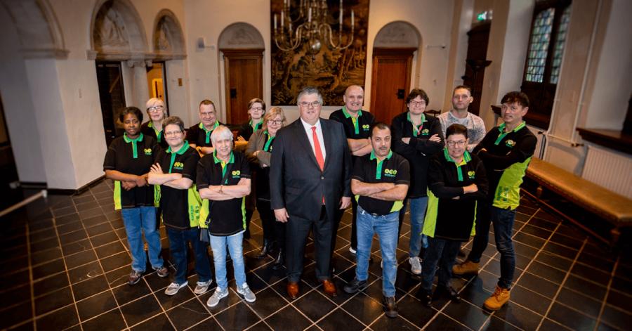 Team Stadhuis Nijmegen op de foto met burgemeester Bruls